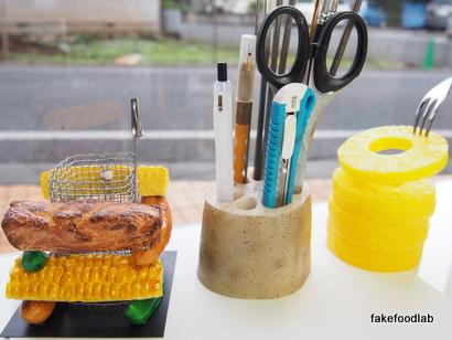 他にはないものを作れる技術で作る食品サンプルパイナップルペン立て、レンコンペン立て