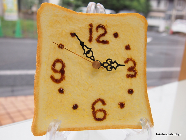 食品サンプルのトースト時計です。